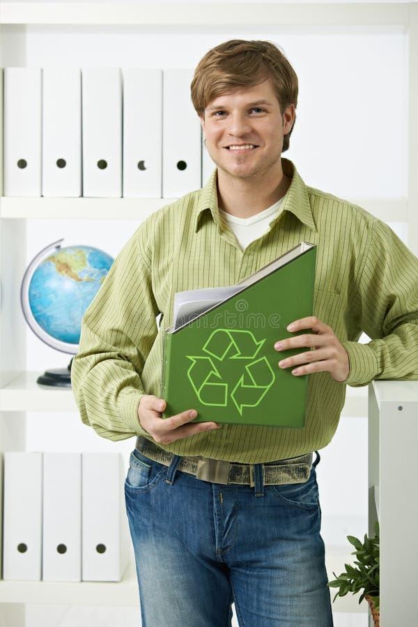 Jonge mens die groene omslag houdt royalty-vrije stock foto