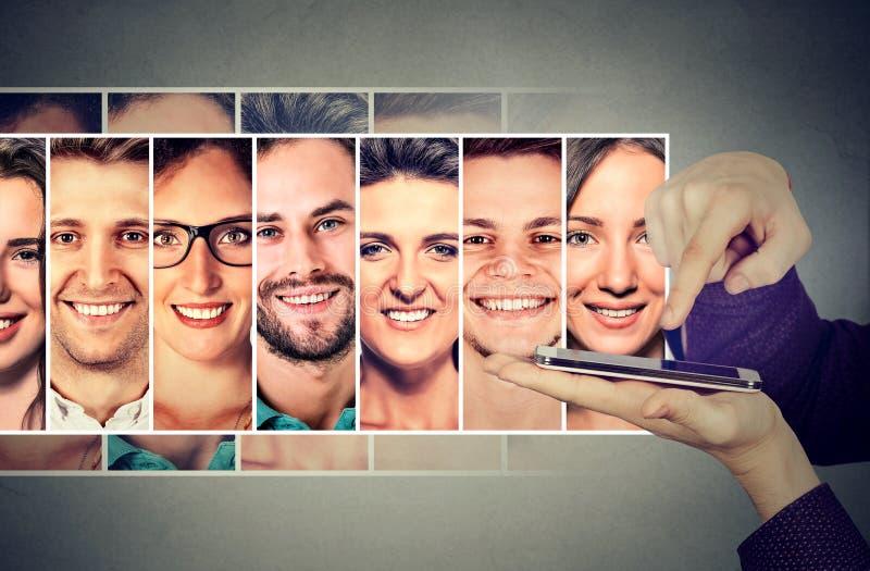 Jonge mens die of groep sms zijn vrienden op smartphone roepen sturen royalty-vrije stock foto