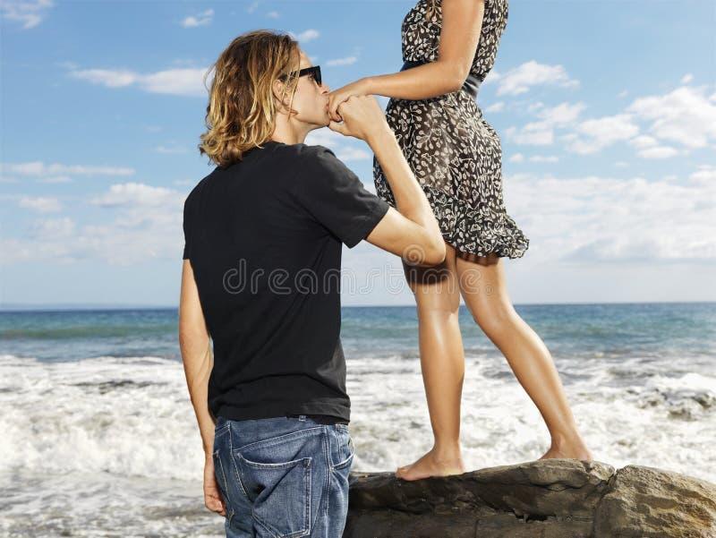 Jonge Mens die Hand Womans kust stock afbeeldingen