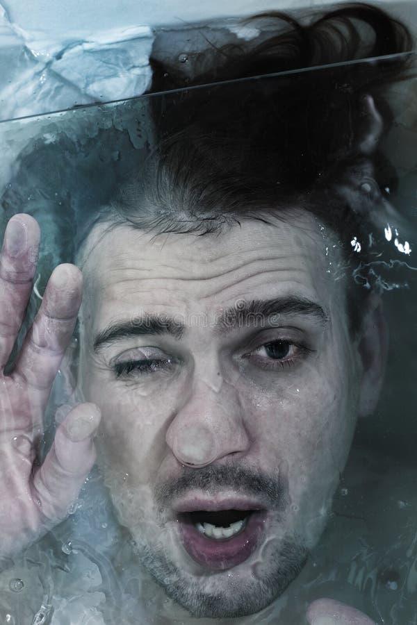 Jonge mens die in het water dalen stock afbeeldingen