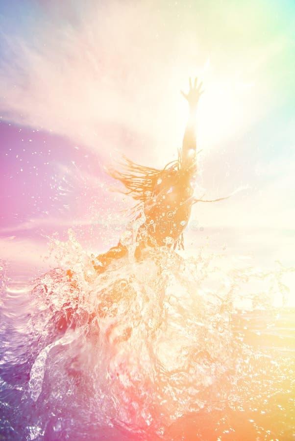 Jonge mens die in het water springen stock foto