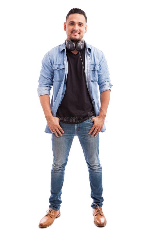 Jonge mens die hoofdtelefoons draagt royalty-vrije stock afbeelding