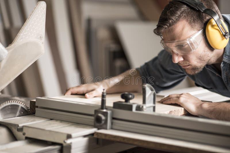 Jonge mens die houtbewerking doen stock afbeelding