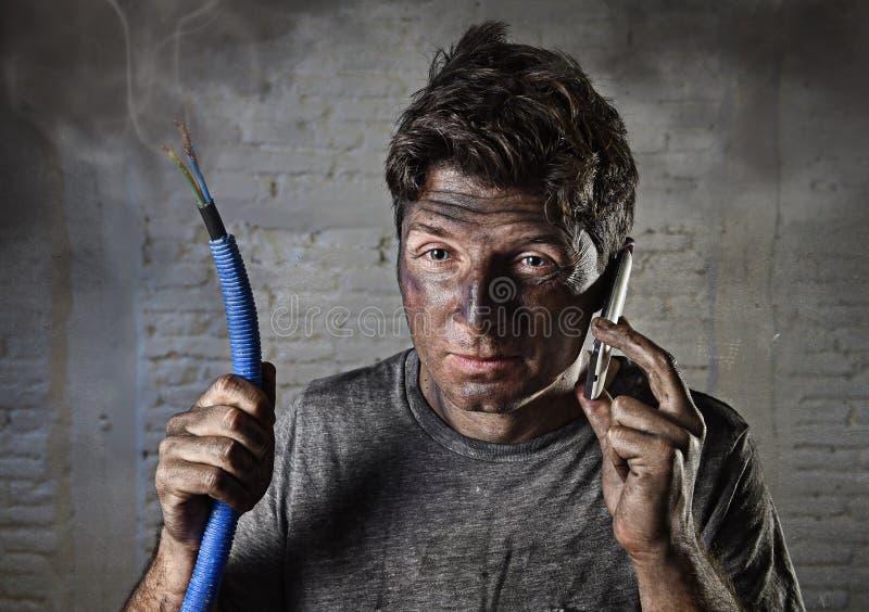 Jonge mens die hulp na ongeval met vuil gebrand gezicht in grappige droevige uitdrukking verzoeken royalty-vrije stock afbeelding