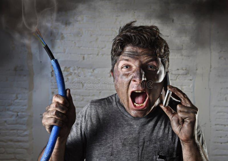 Jonge mens die hulp na ongeval met vuil gebrand gezicht in grappige droevige uitdrukking verzoeken royalty-vrije stock fotografie