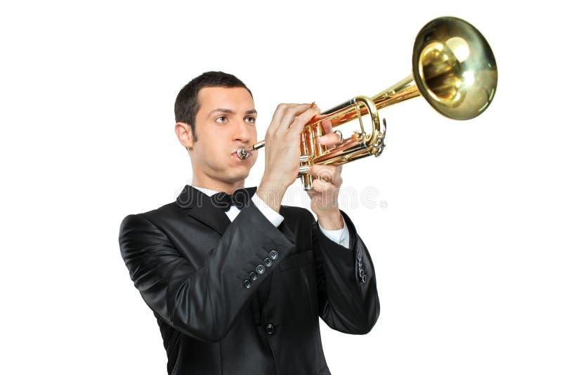 Jonge mens die in kostuum een trompet speelt stock afbeelding