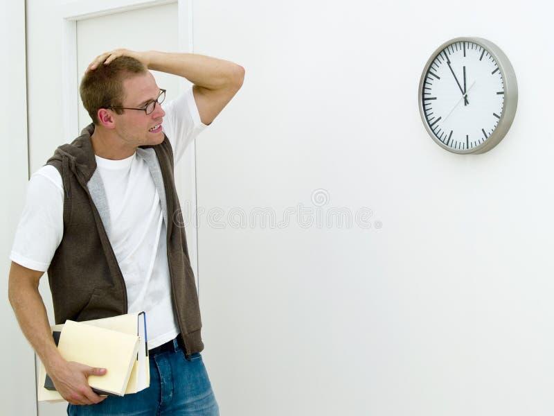 Jonge mens die laat wordt stock foto