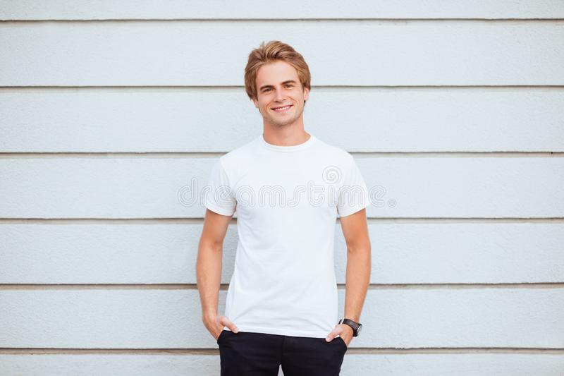 Jonge mens die lege t-shirt en jeans dragen stock afbeelding