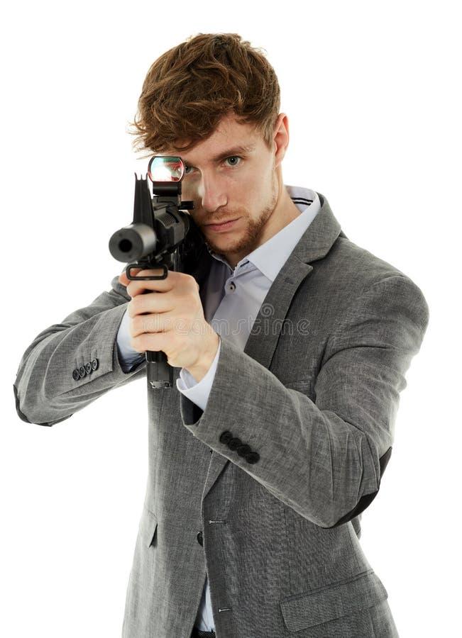 Jonge mens die machinegeweer met behulp van stock foto