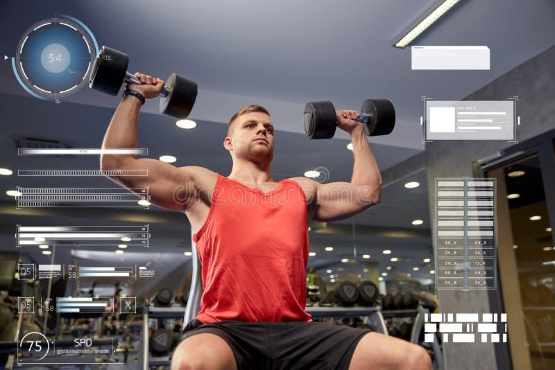 Jonge mens die met domoren spieren in gymnastiek buigen royalty-vrije stock afbeeldingen