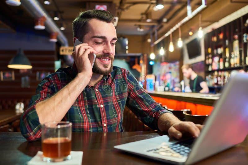 Jonge Mens die met Laptop in Bar werken royalty-vrije stock foto's