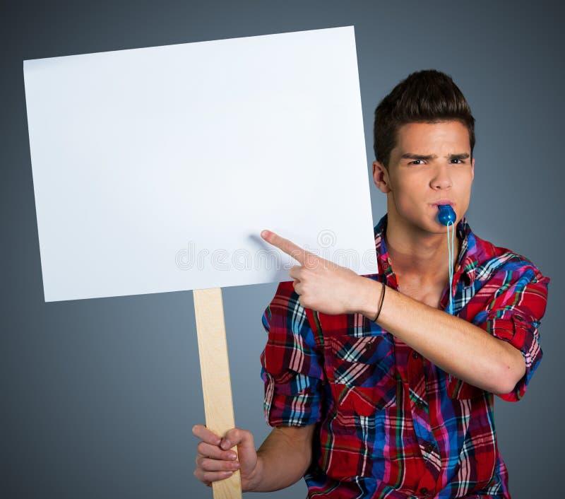 Jonge mens die met protestteken protesteren stock fotografie