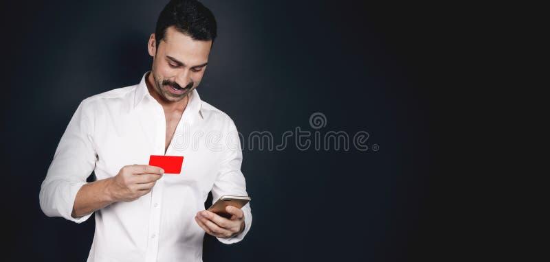Jonge mens die mobiele betaling gebruiken royalty-vrije stock afbeeldingen