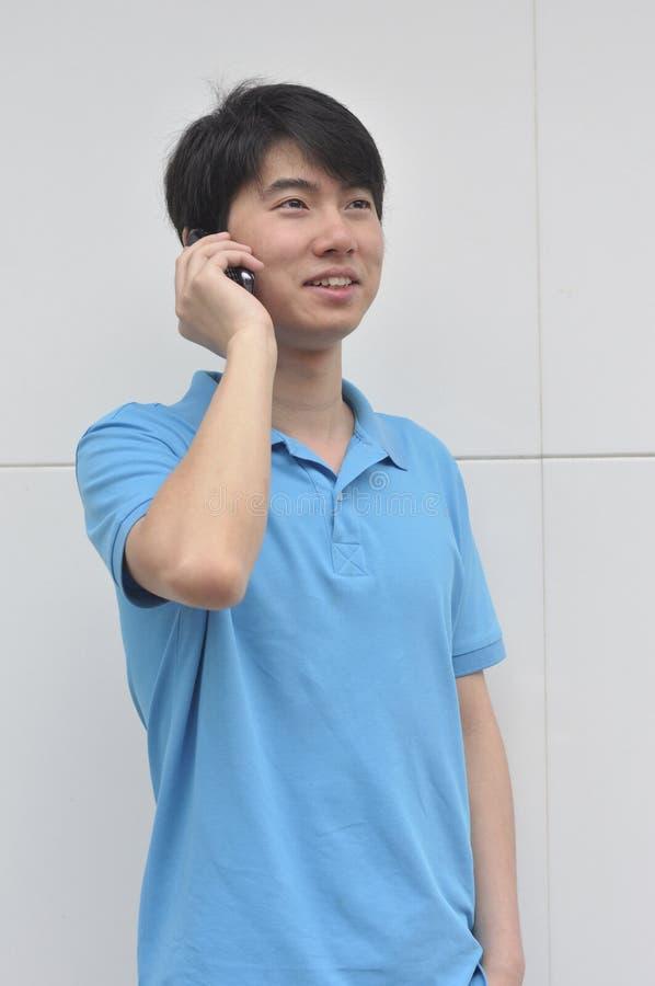 Jonge mens die mobiele telefoon met behulp van royalty-vrije stock fotografie
