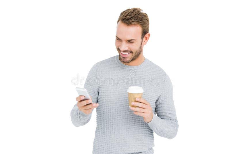 Jonge mens die mobiele telefoon met behulp van stock foto