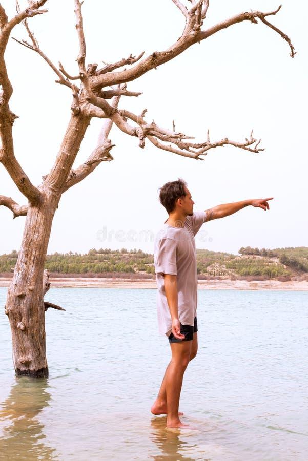 Jonge mens die nabootsend de het sterven boom richten royalty-vrije stock foto