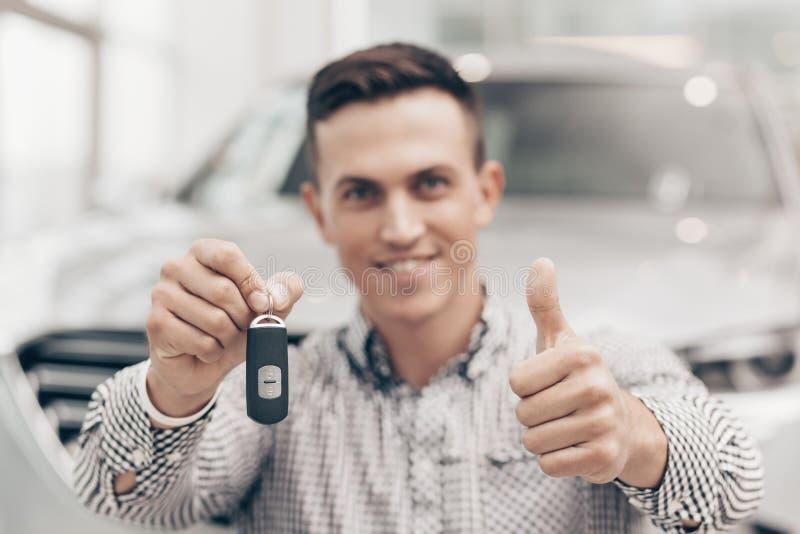 Jonge mens die nieuwe auto kopen bij het handel drijven stock foto