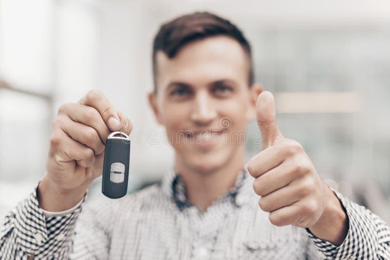 Jonge mens die nieuwe auto kopen bij het handel drijven royalty-vrije stock foto's