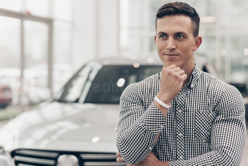 Jonge mens die nieuwe auto kopen bij het handel drijven royalty-vrije stock fotografie