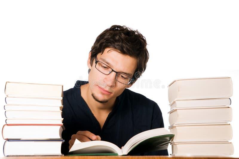 Jonge mens die op boeken bestudeert royalty-vrije stock foto's