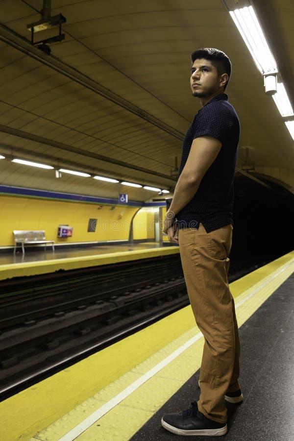 Jonge mens die op de metro wachten royalty-vrije stock afbeelding