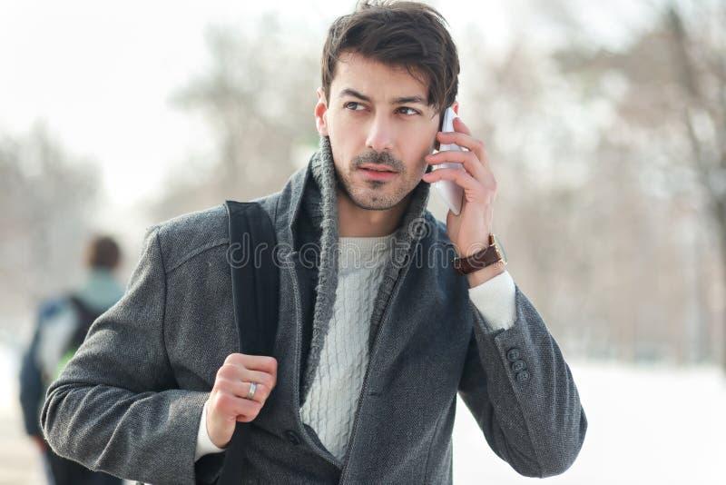 Jonge Mens die op de Telefoon van de Cel spreekt stock afbeelding