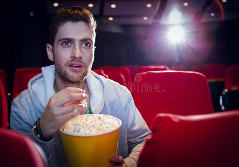 Jonge mens die op een film letten stock afbeelding