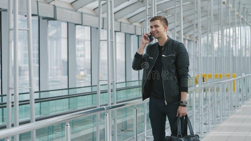 Jonge mens die op smartphone spreken stock afbeelding