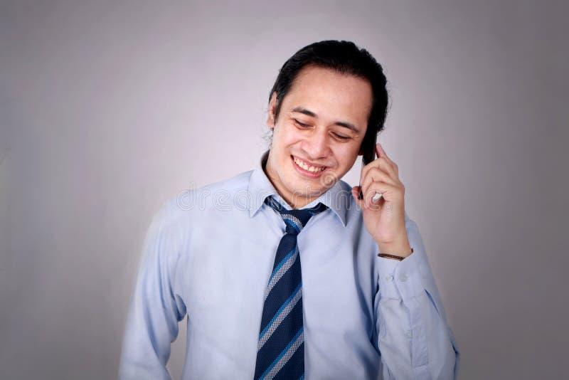 Jonge Mens die op zijn Telefoon, het Gelukkige het Glimlachen Lachen spreken royalty-vrije stock foto