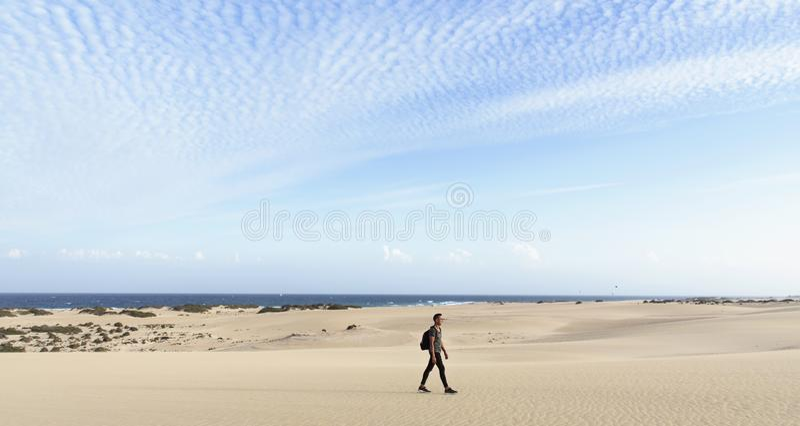 Jonge mens die in openlucht in Fuerteventura, Spanje lopen royalty-vrije stock foto