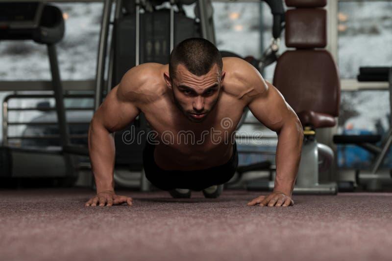 Jonge Mens die Pers UPS in Gymnastiek doen royalty-vrije stock foto's