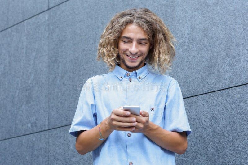 Jonge Mens die Smartphone gebruiken stock afbeelding