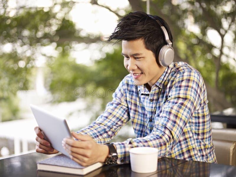 Jonge mens die tablet gebruiken stock afbeeldingen