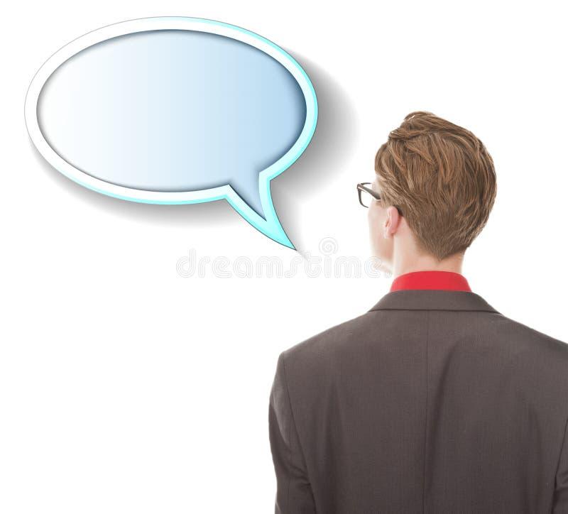 Jonge mens die tekstballon bekijken die op witte achtergrond wordt geïsoleerd stock afbeeldingen