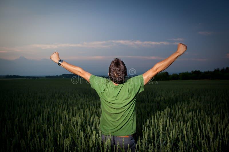 Jonge mens die van zijn vrijheid geniet stock foto