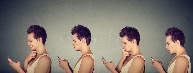 Jonge mens die verschillende emoties uitdrukken die zijn mobiele telefoon met behulp van royalty-vrije stock foto's