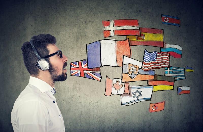 Jonge mens die verschillende talen leren stock foto