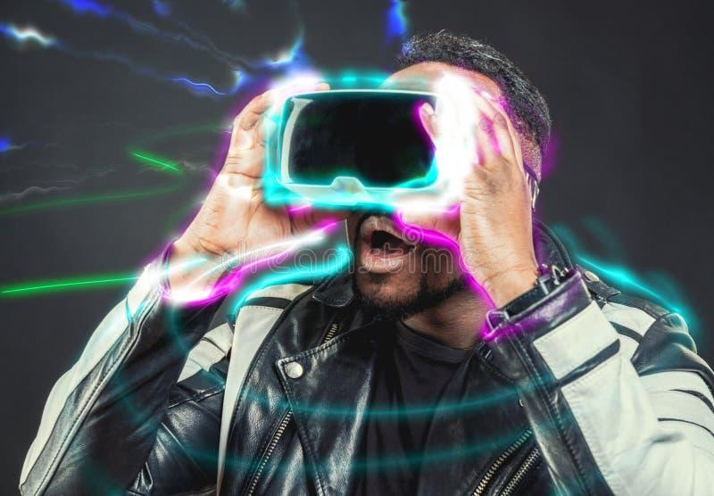 Jonge mens die virtuele werkelijkheid googles/VR-Glazen dragen stock foto