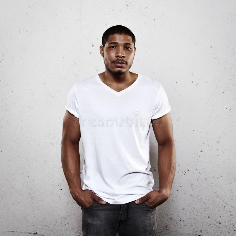 Jonge mens die witte lege t-shirt dragen royalty-vrije stock foto's