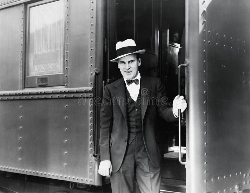 Jonge mens die zich bij de ingang van een trein bevinden (Alle afgeschilderde personen leven niet langer en geen landgoed bestaat stock fotografie