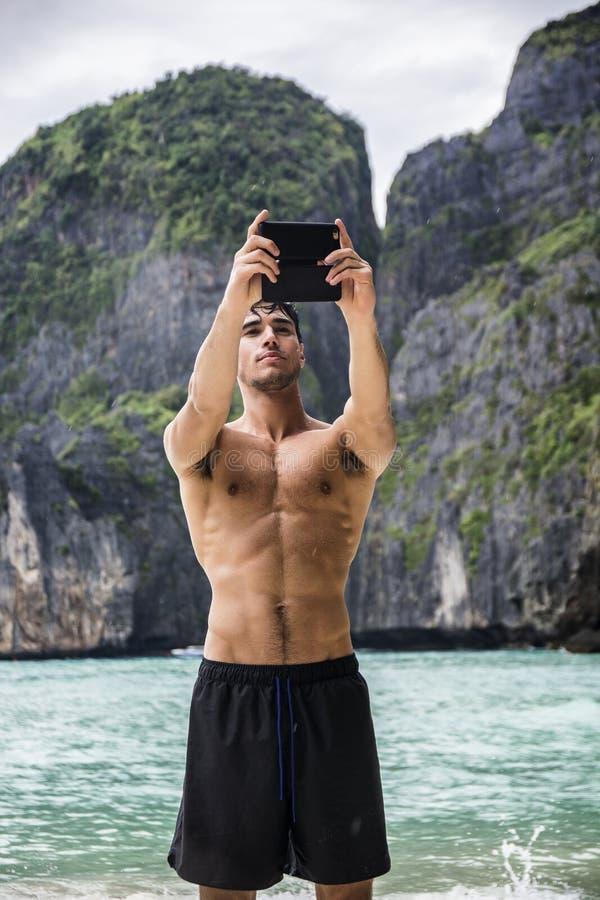 Jonge mens die zich op rand van de oceaan bevinden royalty-vrije stock fotografie