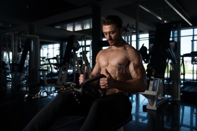Jonge mens die zwaargewicht oefening voor rug doen royalty-vrije stock afbeelding