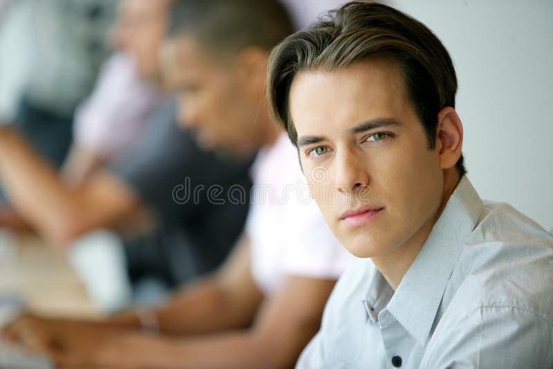 Jonge mens in een bedrijfs trainingscursus stock foto's