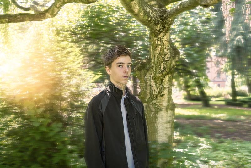 Jonge mens in een dromerige tuin stock foto's