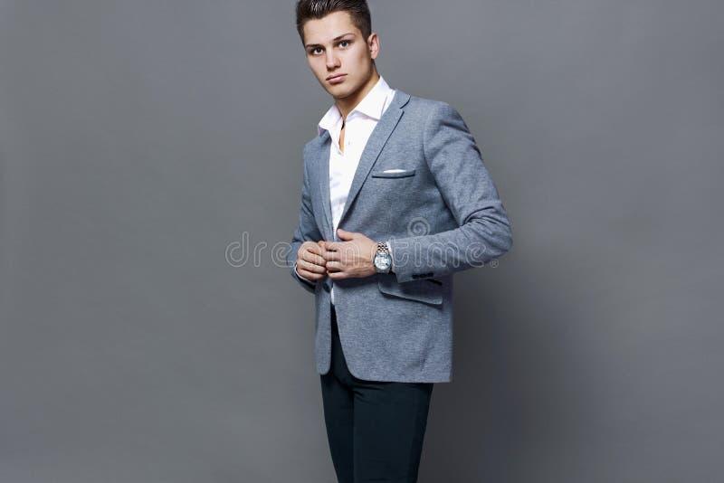 Jonge mens in een heldere jasjestudio royalty-vrije stock foto's