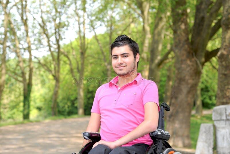 Jonge mens in een rolstoel royalty-vrije stock fotografie
