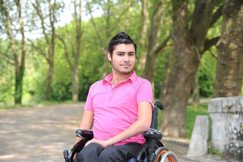 Jonge mens in een rolstoel stock foto's