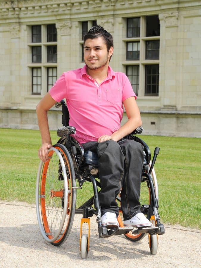 Jonge mens in een rolstoel royalty-vrije stock foto's