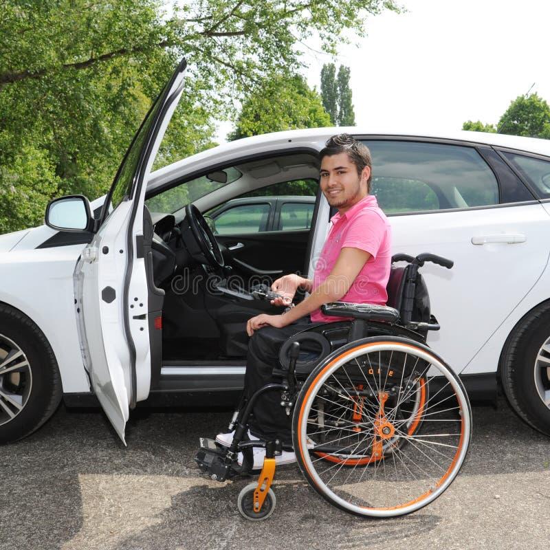 Jonge mens in een rolstoel royalty-vrije stock afbeelding