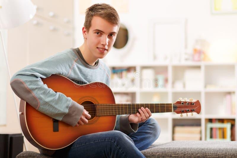 Jonge mens en een gitaar royalty-vrije stock fotografie